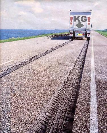 vrachtwagen die sporen in asfalt rijdt